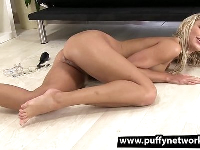 Piss Drinking - Dido Angel gapes her pussy apart and pees over her own face