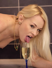 Sexy blonde Lola Taylor tastes her own piss photo #5