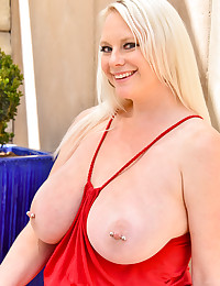 Blonde Busting Out photo #11