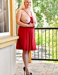 Blonde Busting Out photo #5